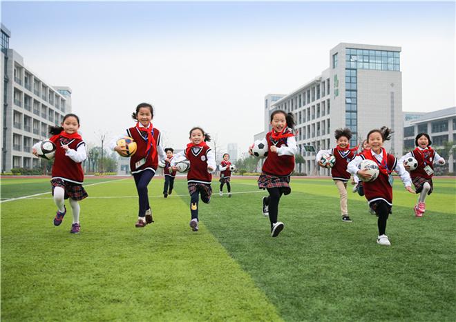 《我是小小运动员》 2017年 5月12日摄于二小腾飞校区,一群孩子抱着足球来到操场准备来一场酣畅的比赛。.jpg